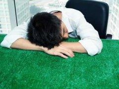 夏季偷懒伏案趴睡,小心易患头疼颈椎病